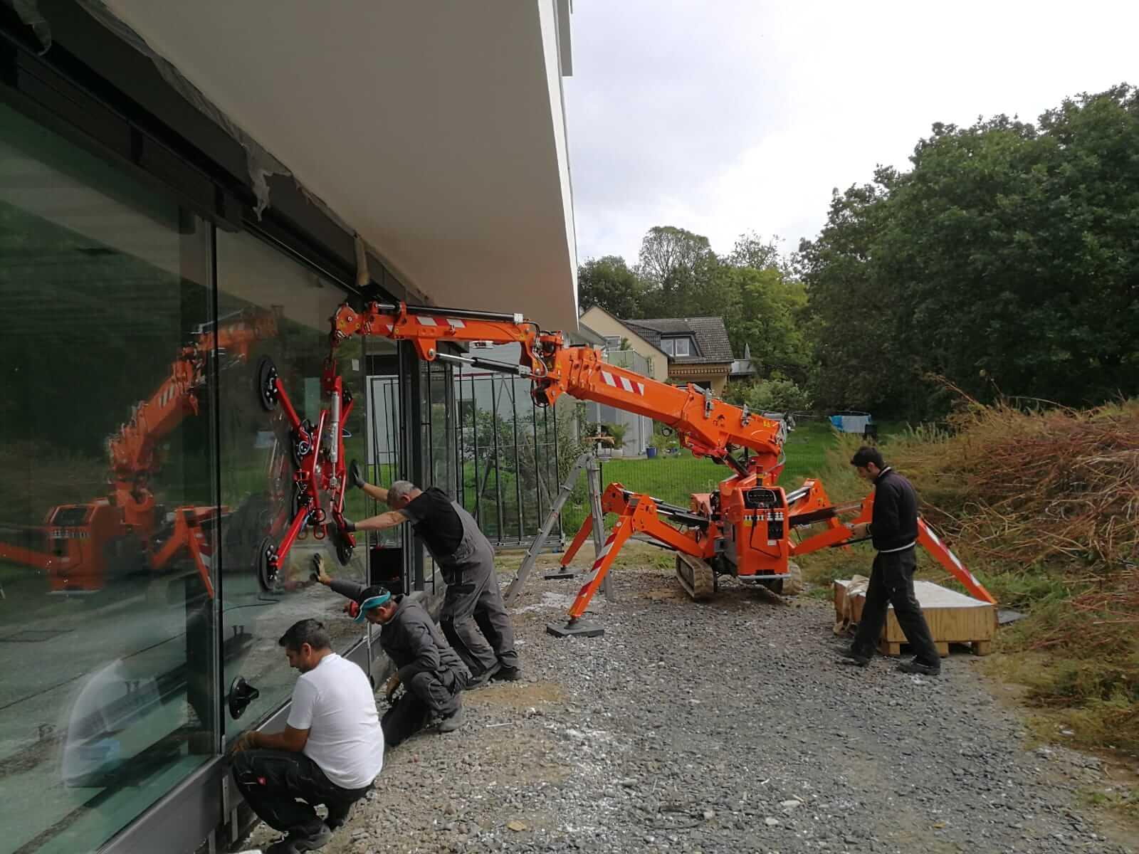 Montagearbeiter-montieren-Glas