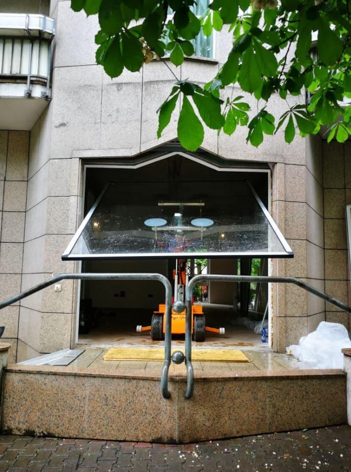 Glaslifter-hebt-Glaselement